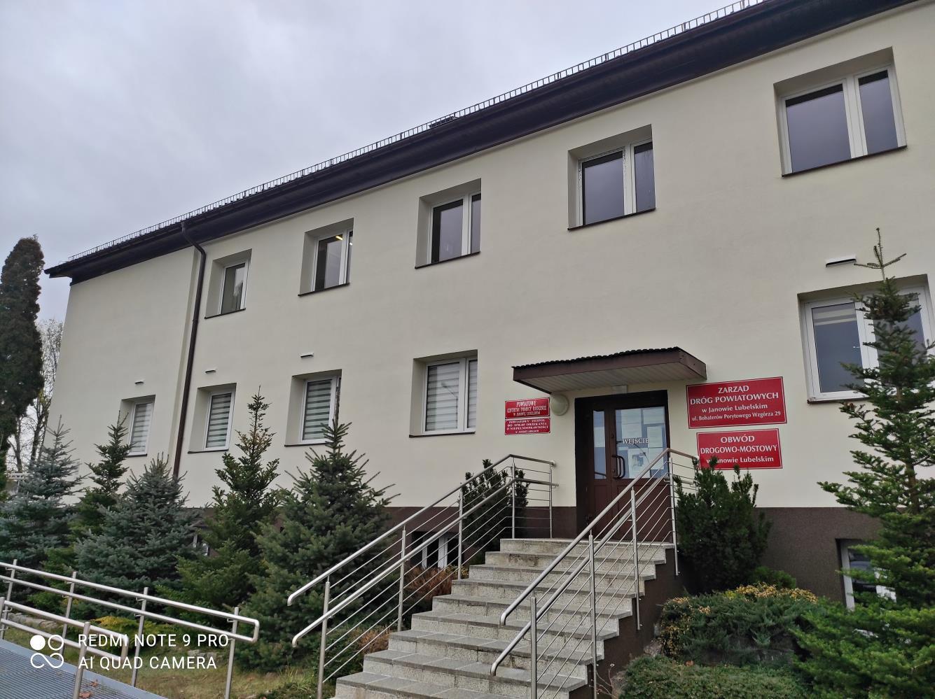 Dwuspadowy dach, elewacja w kolorze ecru… Nowy wygląd budynku Zarządu Dróg Powiatowych